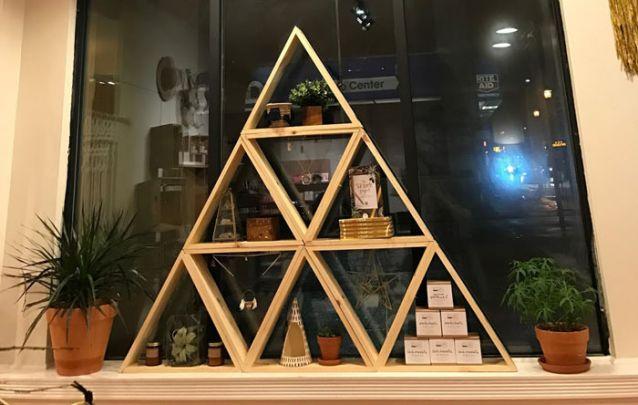 Tutorial para fazer uma estante moderna em forma de triângulo imagem 1