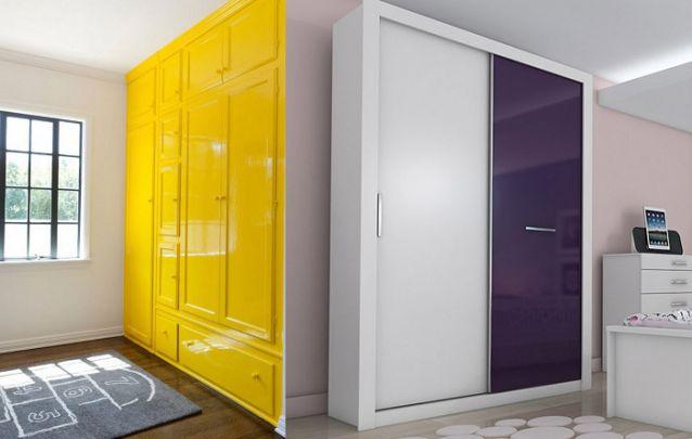 Mas se você quiser ousar e transformar seu guarda-roupa no item de destaque dentro do seu quarto, uma cor mais vibrante é uma ótima forma de inovar