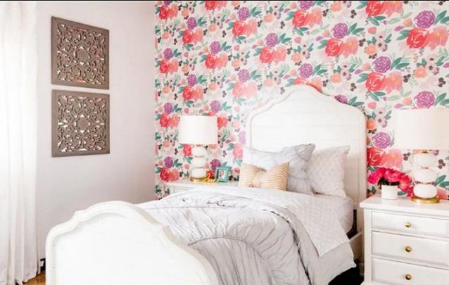 Este papel de parede floral deixa o quarto de adolescente feminino e delicado