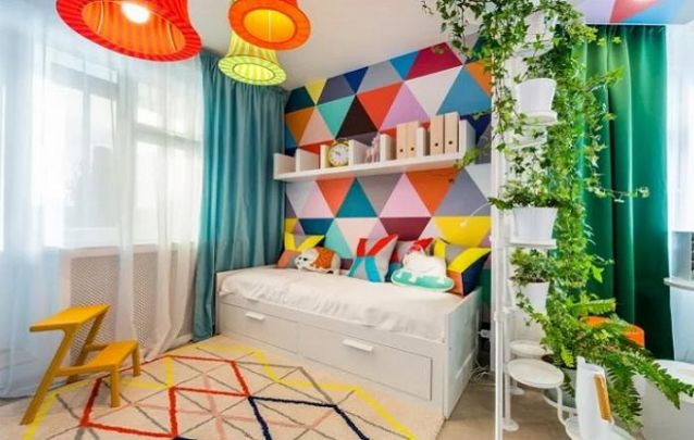 Esta parede com motivos geométricos deixa o quarto moderno e vibrante