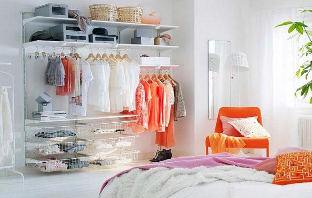 Um guarda-roupa aberto é uma opção descontraída para armazenamento