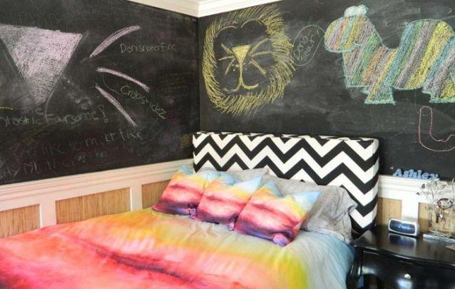 Uma parede de lousa é uma alternativa contemporânea para compor um quarto de adolescente