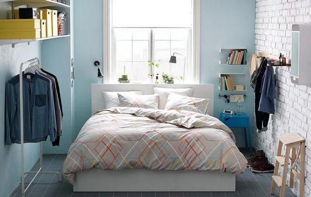 As prateleiras otimizam espaço no pequeno quarto masculino