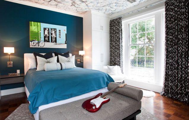 A pintura na parede traz um toque contemporâneo para o quarto