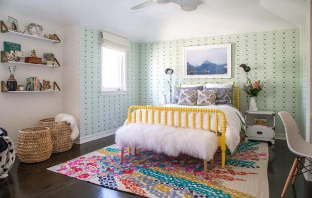 O tapete colorido complementa o design feminino e moderno do ambiente