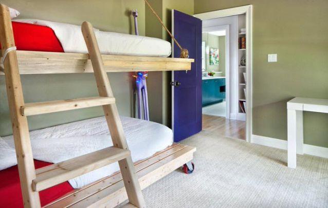 Neste projeto a cama de baixo do beliche possui rodinhas, e pode ser realocada no quarto conforme as necessidades
