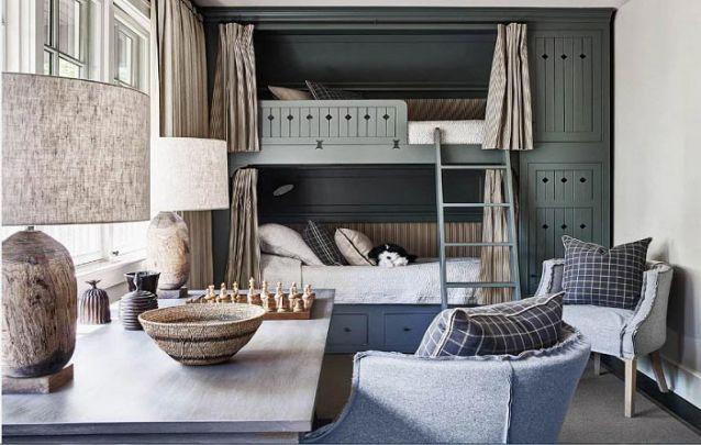 As cortinas no beliche ajudam a criar privacidade para os jovens que dividem o quarto