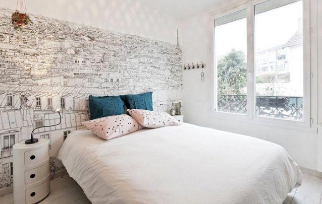 O papel de parede discreto harmoniza com o restante da decoração clean