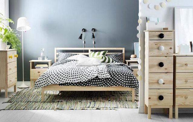 Móveis com tom de amadeirado claro trazem um toque do estilo escandinavo para o ambiente