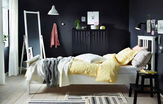 Uma inspiração para provar que um cômodo com todas as paredes pretas pode sim ser aconchegante e bonito