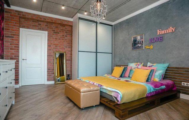 Além da pegada sustentável, uma cama de paletes traz um toque diferenciado para o seu quarto