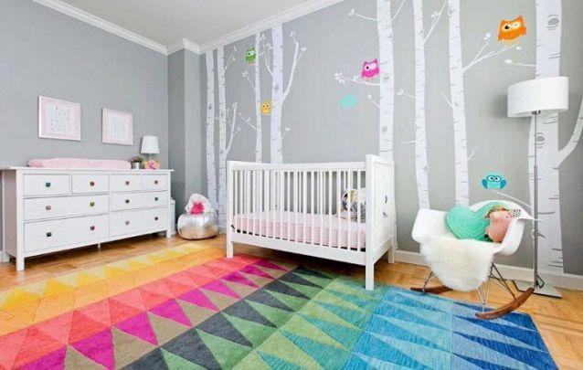 Aqui os toques de cor da decoração de quarto de menina ficaram por conta do tapete