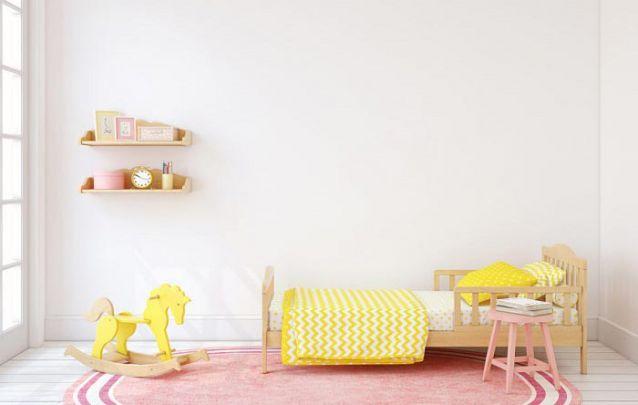 Um quarto de menina minimalista em rosa e amarelo