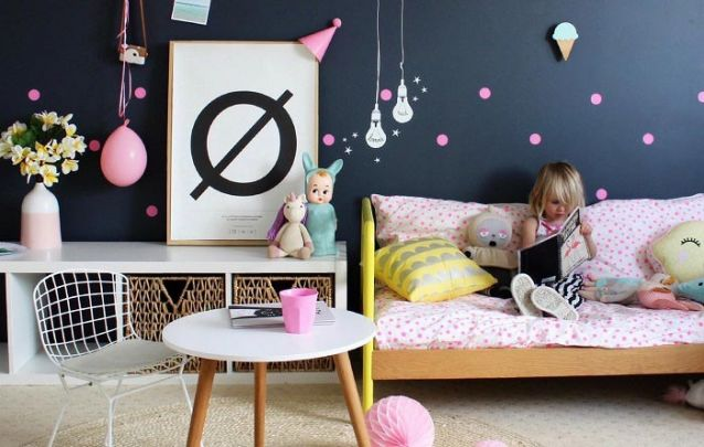 Toques de cor quebram o padrão sóbrio da parede preta