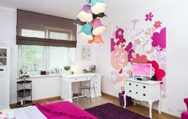 A parede de destaque traz um toque feminino para a decoração de quarto de menina