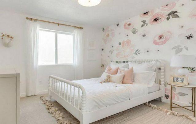 O papel de parede floral deixa a decoração de quarto para menina delicado e clean