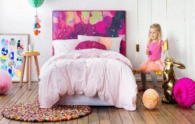 Uma opção de decoração colorida e divertida para um quarto de menina