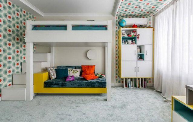 A continuação do papel de parede no teto traz um toque diferente para o ambiente