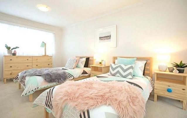 Uma decoração de quarto de menina contemporâneo com nuances escandinavas
