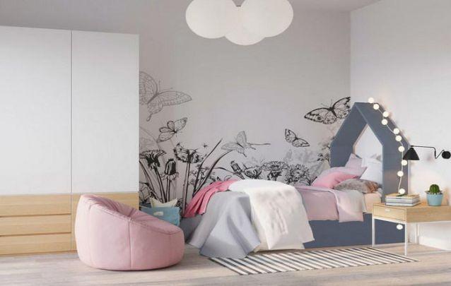 A cabeceira da cama em forma de casinha traz um toque lúdico ao quarto de menina
