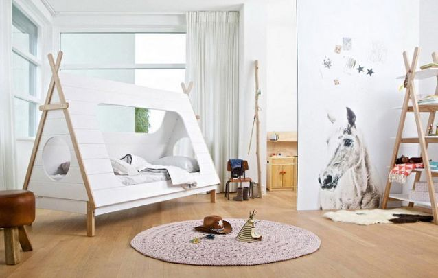 A cama em forma de cabana é o diferencial deste quarto de menina decorado