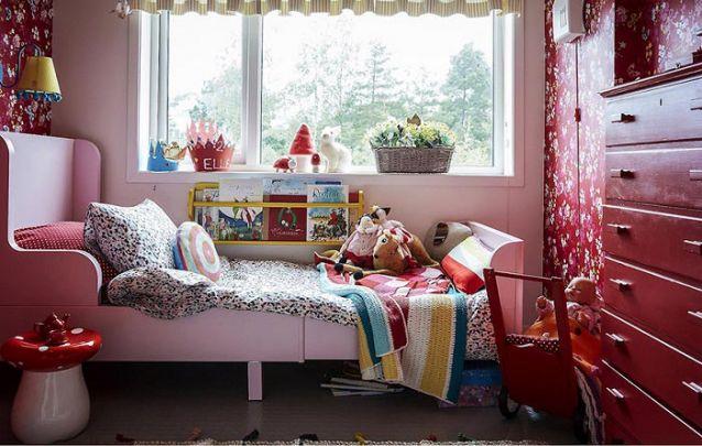 Um lindo quarto de menina decorado predominantemente com vermelho