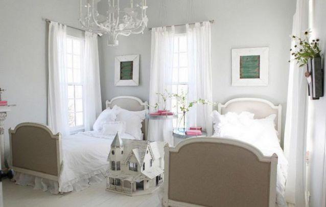 Uma decoração de quarto de menina branca cria um ambiente clean e harmonioso