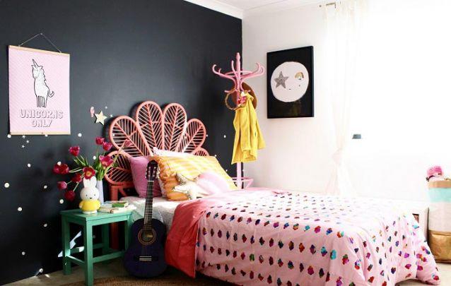 A parede preta destaca as demais cores do quarto de menina