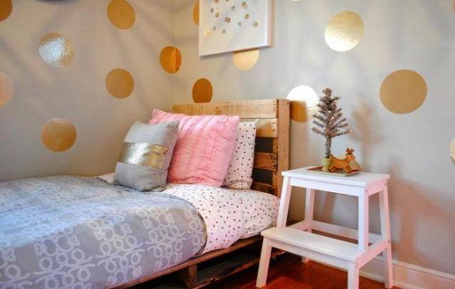 A cama feita de paletes é uma opção simples e ecológica para um quarto de menina