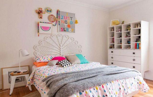 A roupa de cama e o mix de almofadas trazem toques de cor para o ambiente
