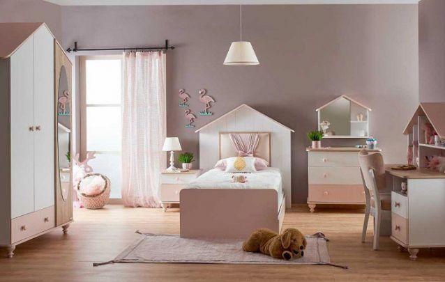 Os acabamentos dos móveis em forma de casinha deixam o decor delicado e feminino