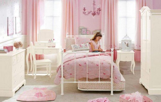 Uma típica decoração de quarto de menina provençal em branco e rosa