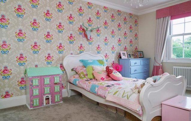 Um papel de parede vibrante e feminino para um quarto de menina