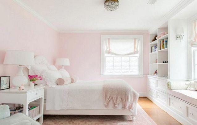 A rosa pastel na parede é sutil e traz feminilidade ao ambiente