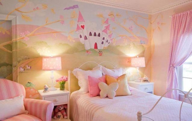 Uma linda pintura feita à mão enriquece a decoração para quarto de menina