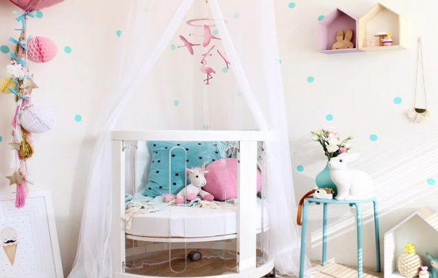 O berço redondo é a peça de destaque da decoração de quarto de menina