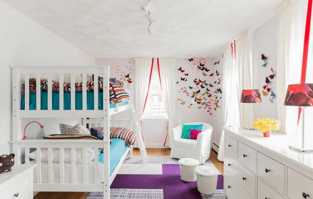 Apliques de borboletas na parede dão vida ao quarto de menina