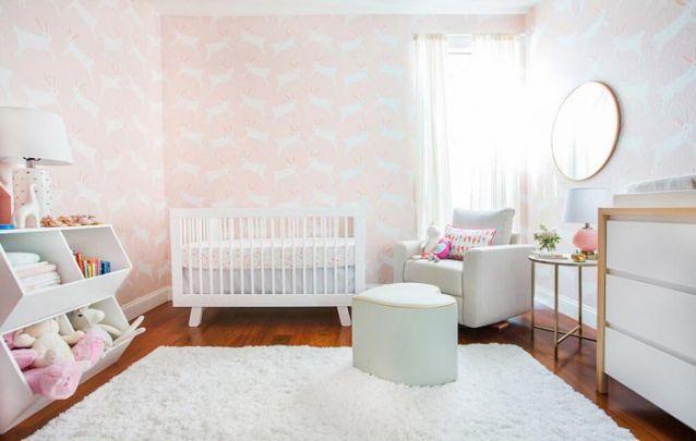 O papel de parede rosa com coelhos traz uma delicadeza ao quarto de menina
