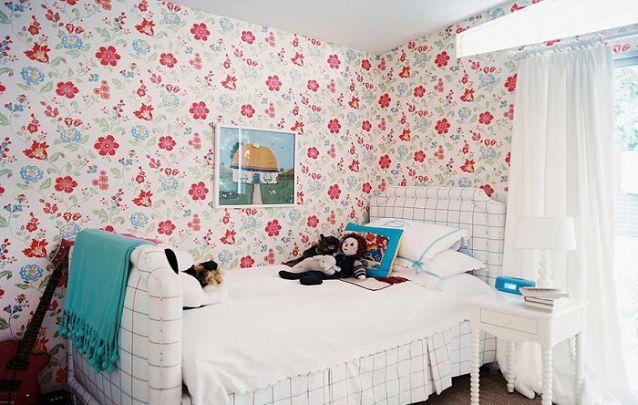 Este papel de parede floral deixa o ambiente delicado e alegre