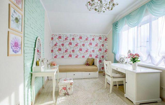 A parede de tijolos aparentes pintados na cor menta trazem um toque diferenciando à decoração de quarto de menina