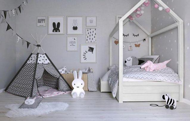 Os quadrinhos na parede trazem personalidade ao quarto de menina com uma cartela de cores neutras