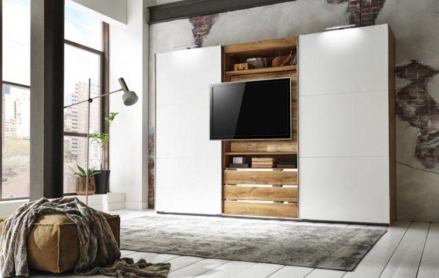 Este guarda roupa com tv, foi planejado para acomodar o eletrônico de modo prático, sem afetar a estética da peça