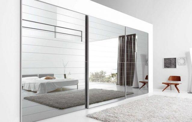 Uma peça em espelho é ótima para aumentar visualmente o espaço