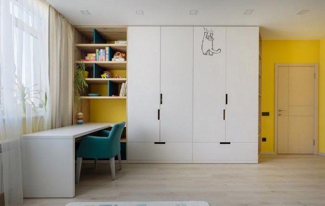 Aqui o guarda roupa de parede foi planejado, além do armário tradicional, conta com nichos laterais, prateleiras e uma escrivaninha