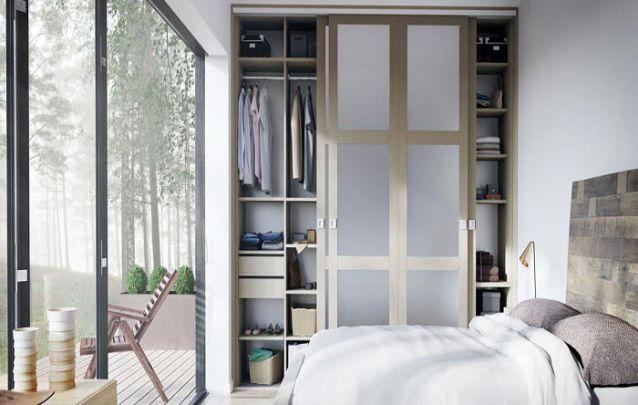 Uma ótima inspiração de um guarda roupa embutido para um quarto pequeno