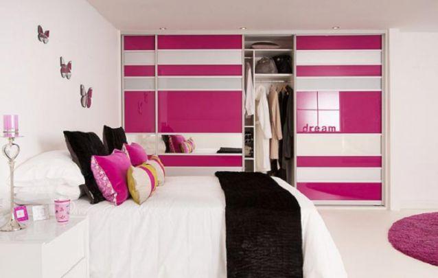 Para um quarto de menina, que tal mesclar um pouco de rosa, branco e faixas em espelho no guarda roupa planejado?
