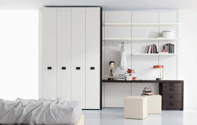 Para quem precisa de um espaço para estudos ou trabalho, pode investir em uma peça planejada com escrivaninha e prateleiras