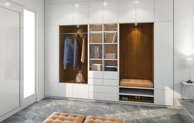 Aqui o guarda roupa planejado conta também com um nicho que se transformou em calçadeira
