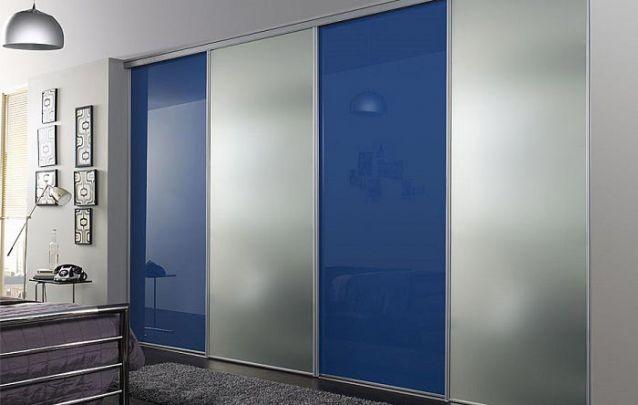 A mescla entre azul e vidro fosco não deixa o ambiente carregado visualmente apesar de trazer uma cor mais vibrante