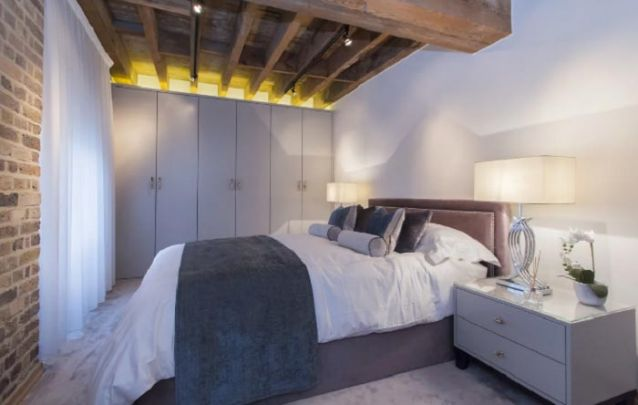 Para o quarto de casal, o guarda roupa planejado ocupa toda a largura da parede
